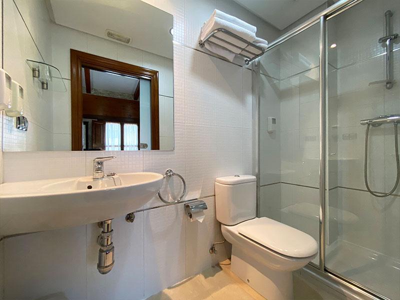 Baño Habitación doble con cama de matrimonio